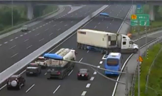 Xe container chạy ngược chiều trên cao tốc Hà Nội - Hải Phòng: Phạt 7 triệu đồng, tước giấy phép lái xe 5 tháng - Ảnh 1.