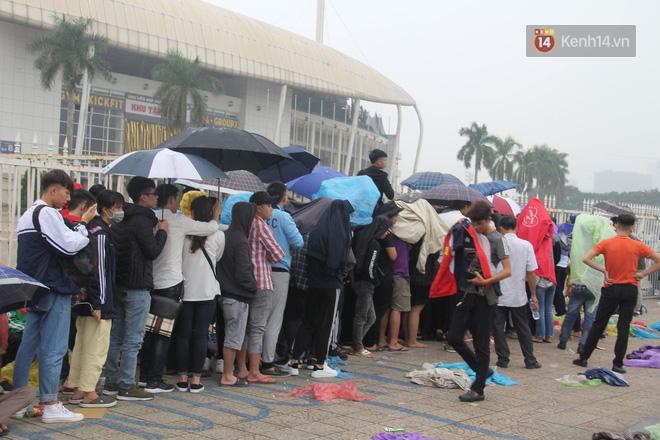 Rác ngập cổng sân vận động Mỹ Đình sau một ngày cổ động viên cắm chốt chờ mua vé AFF Cup 2018 - Ảnh 1.