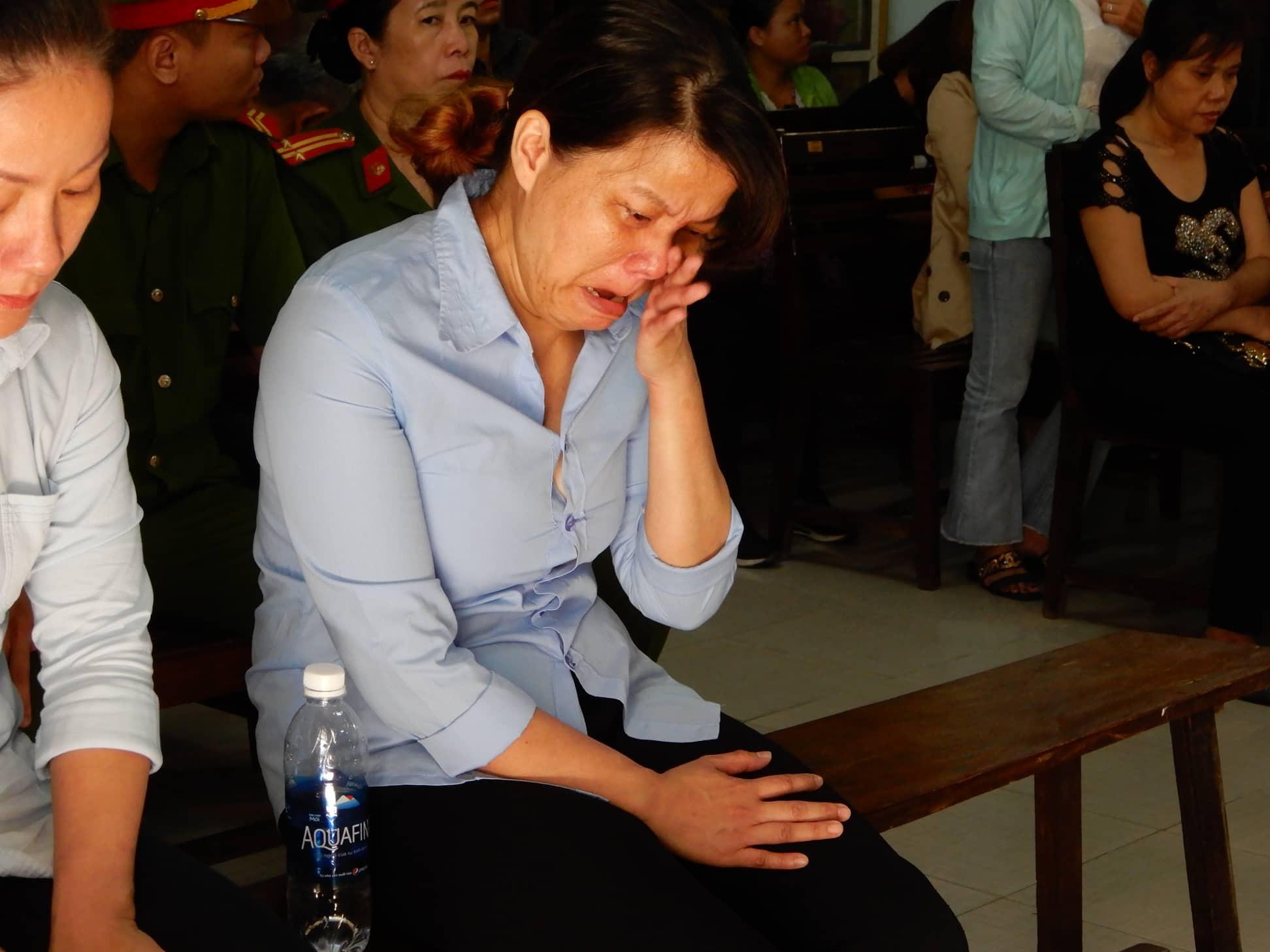 Lãnh án 2 năm tù, bảo mẫu Mẹ Mười bạo hành nhiều trẻ nhỏ ở Đà Nẵng liên tục khóc nức nở - Ảnh 2.