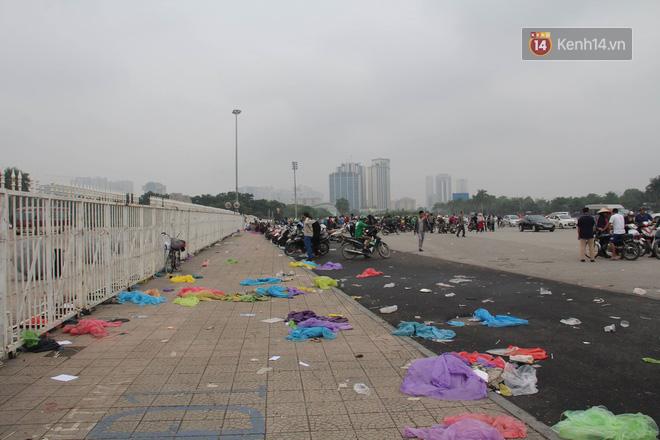 Rác ngập cổng sân vận động Mỹ Đình sau một ngày cổ động viên cắm chốt chờ mua vé AFF Cup 2018 - Ảnh 8.