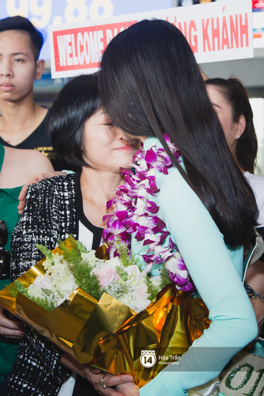 Tân Hoa hậu Trái đất 2018 Phương Khánh vỡ oà trong vòng vây người hâm mộ, nghẹn ngào ôm chặt mẹ tại sân bay Việt Nam - Ảnh 10.