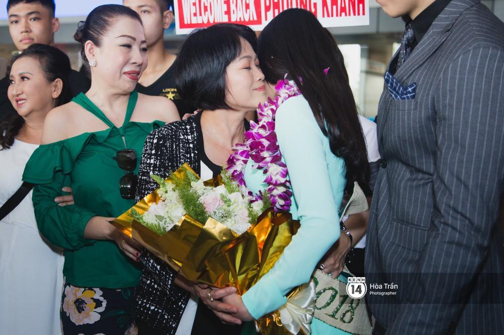 Tân Hoa hậu Trái đất 2018 Phương Khánh vỡ oà trong vòng vây người hâm mộ, nghẹn ngào ôm chặt mẹ tại sân bay Việt Nam - Ảnh 9.