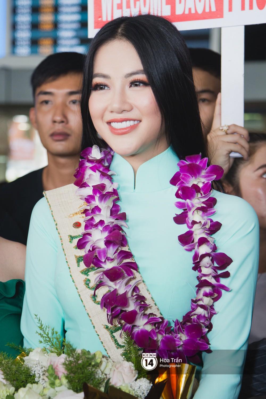 Tân Hoa hậu Trái đất 2018 Phương Khánh vỡ oà trong vòng vây người hâm mộ, nghẹn ngào ôm chặt mẹ tại sân bay Việt Nam - Ảnh 6.
