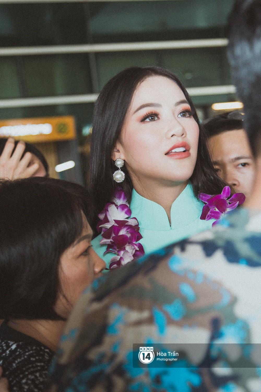 Tân Hoa hậu Trái đất 2018 Phương Khánh vỡ oà trong vòng vây người hâm mộ, nghẹn ngào ôm chặt mẹ tại sân bay Việt Nam - Ảnh 3.