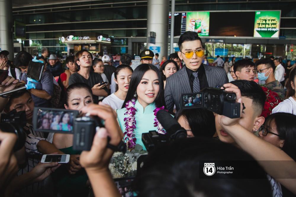 Tân Hoa hậu Trái đất 2018 Phương Khánh vỡ oà trong vòng vây người hâm mộ, nghẹn ngào ôm chặt mẹ tại sân bay Việt Nam - Ảnh 4.