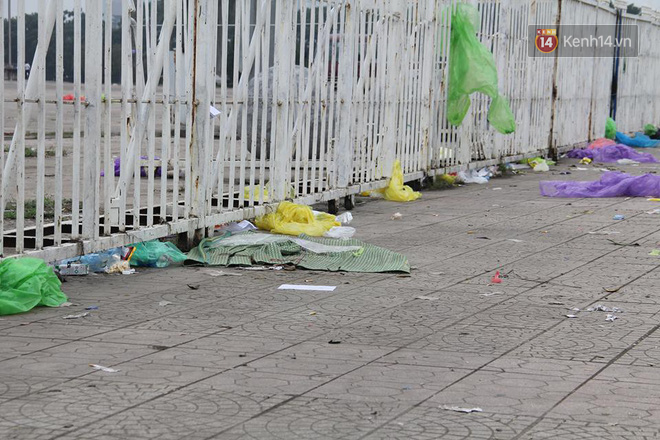 Rác ngập cổng sân vận động Mỹ Đình sau một ngày cổ động viên cắm chốt chờ mua vé AFF Cup 2018 - Ảnh 4.