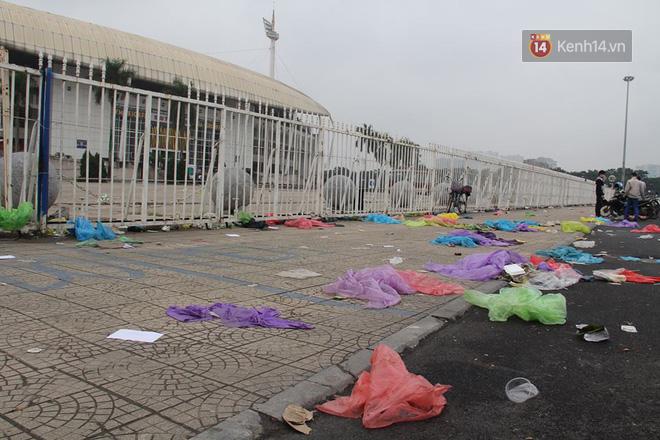 Rác ngập cổng sân vận động Mỹ Đình sau một ngày cổ động viên cắm chốt chờ mua vé AFF Cup 2018 - Ảnh 5.