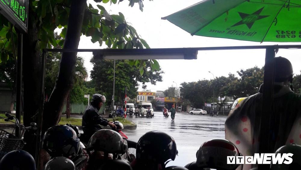 Chủ tịch UBND Đà Nẵng đích thân đi quay clip, xe dù, cò khách vẫn vô tư hoạt động - Ảnh 4.