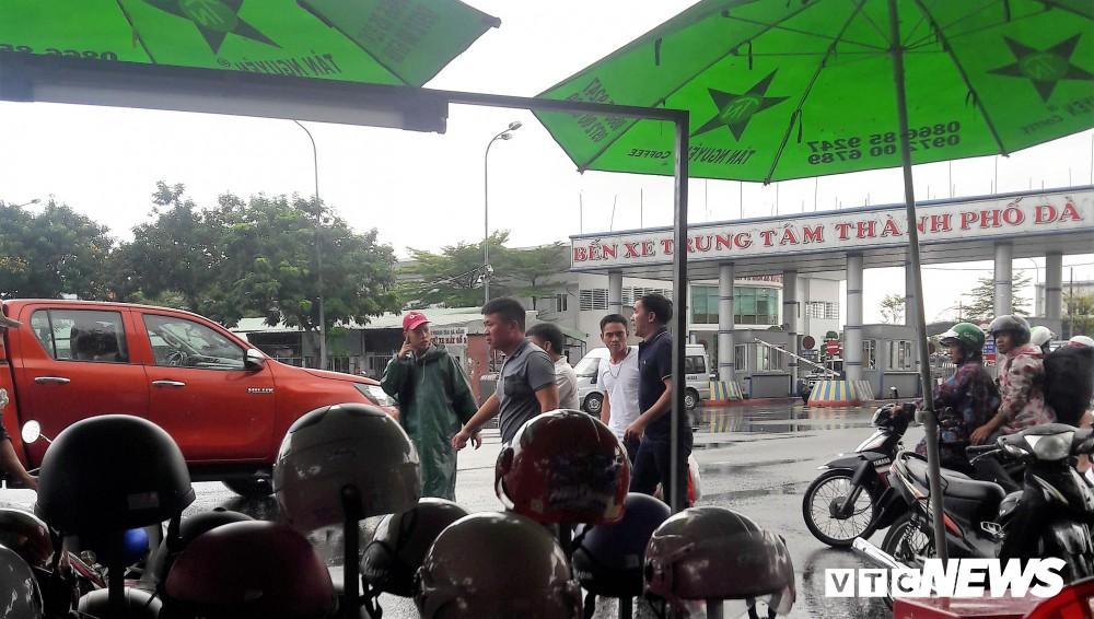 Chủ tịch UBND Đà Nẵng đích thân đi quay clip, xe dù, cò khách vẫn vô tư hoạt động - Ảnh 7.