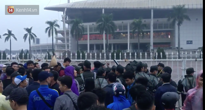 Sunday morning horror: fans buy tickets AFF Cup 2018 pushing the yard fence My Dinh - Photo 2.