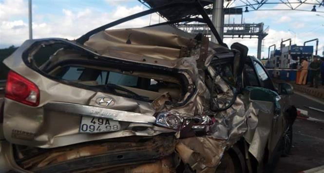 Xe khách đâm ôtô 7 chỗ bẹp dúm khi vào trạm thu phí, 3 người nhập viện - Ảnh 1.