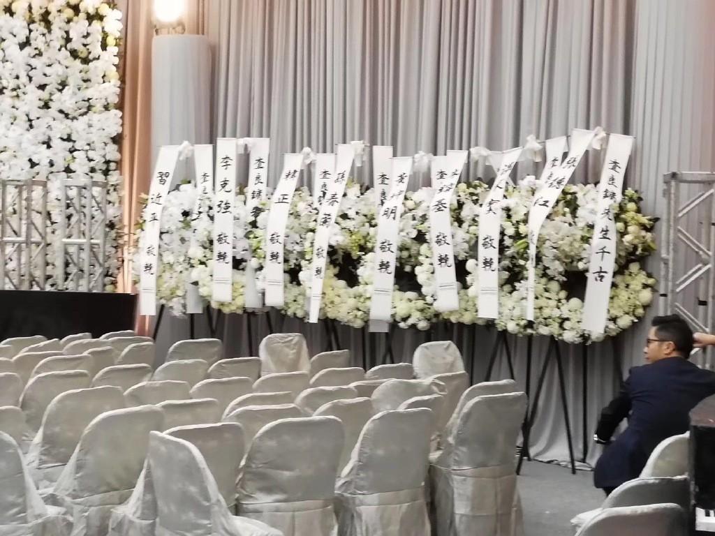 Tang lễ nhà văn Kim Dung: Lưu Đức Hoa, Huỳnh Hiểu Minh cùng dàn nghệ sĩ gửi hoa trắng rợp trời - Ảnh 3.