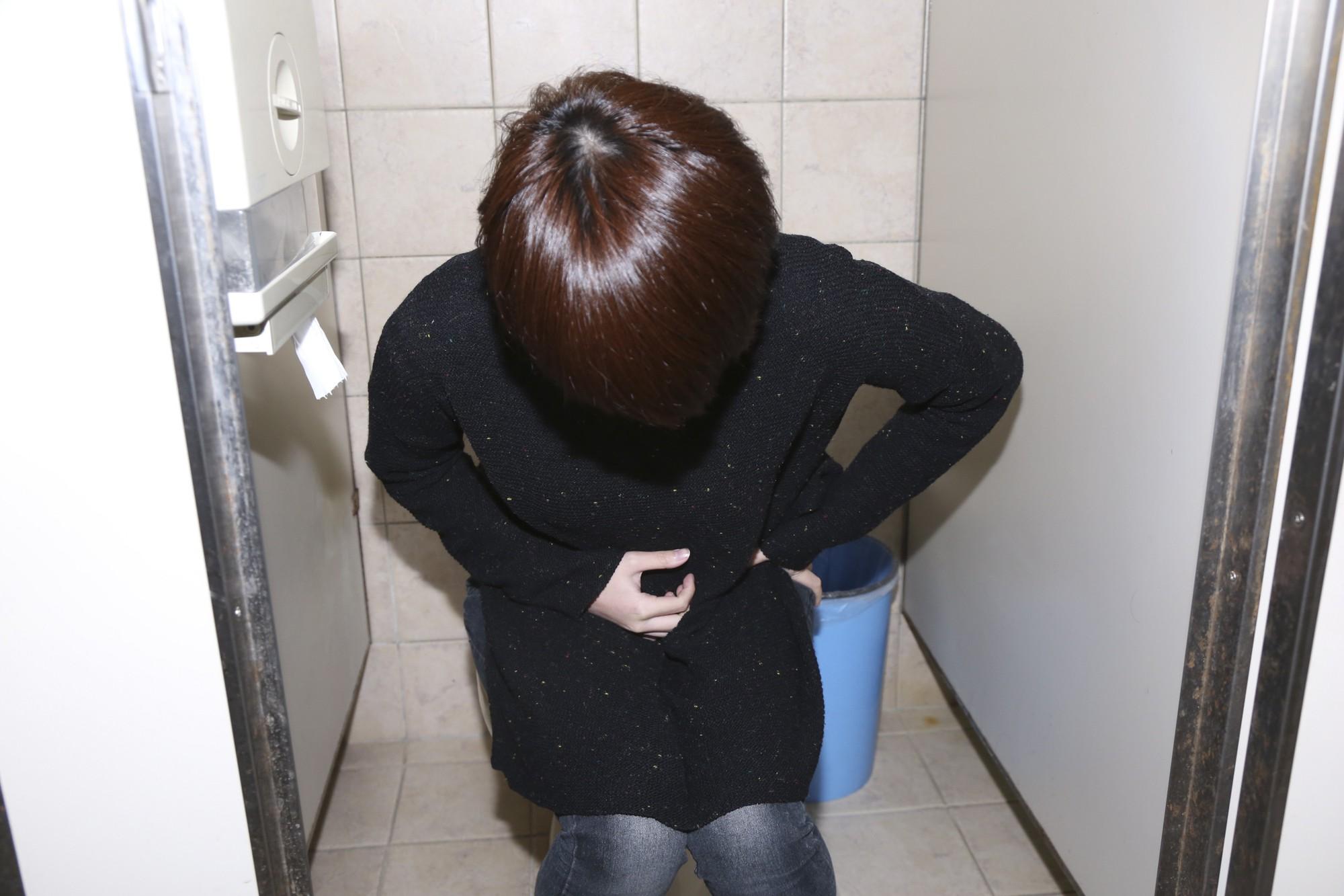 Cô gái 20 tuổi thường vào nhà vệ sinh tới 3 - 4 lần sau mỗi bữa ăn chỉ vì căn bệnh mà ai cũng có khả năng mắc phải - Ảnh 1.