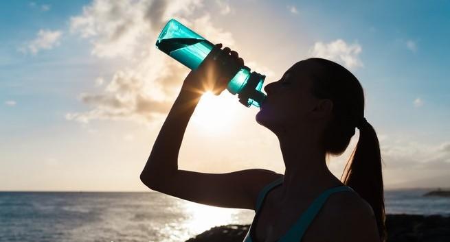 Tình trạng môi khô bong tróc ngoài do yếu tố thời tiết thì còn có thể là vì một số vấn đề sức khỏe sau đây - Ảnh 2.