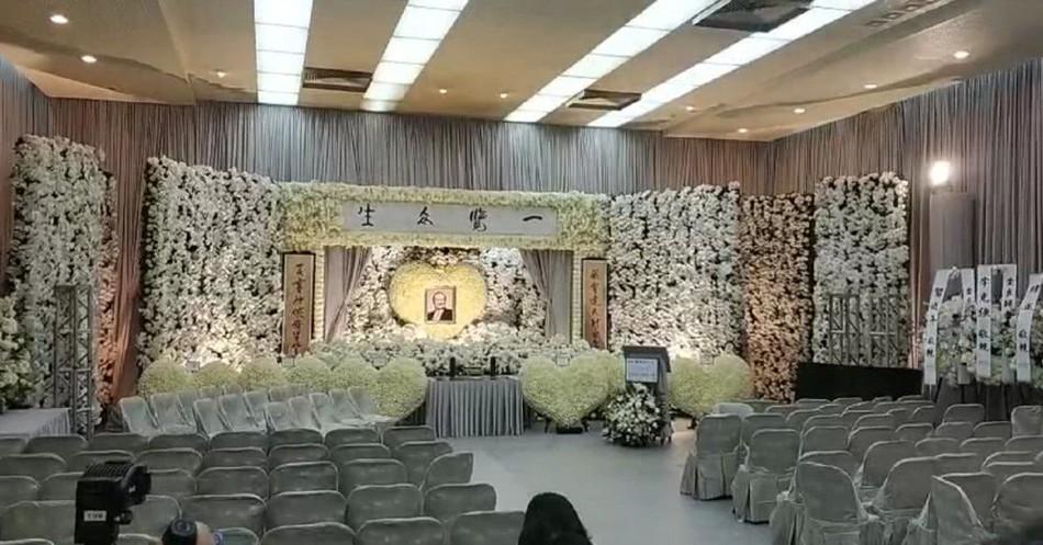 Tang lễ nhà văn Kim Dung: Lưu Đức Hoa, Huỳnh Hiểu Minh cùng dàn nghệ sĩ gửi hoa trắng rợp trời - Ảnh 14.