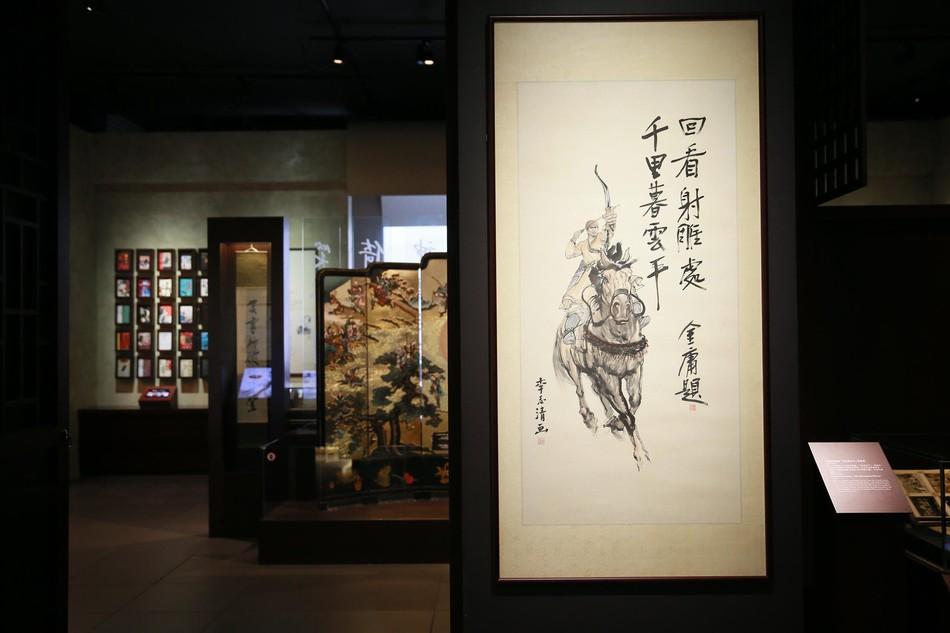 Tang lễ nhà văn Kim Dung: Lưu Đức Hoa, Huỳnh Hiểu Minh cùng dàn nghệ sĩ gửi hoa trắng rợp trời - Ảnh 18.