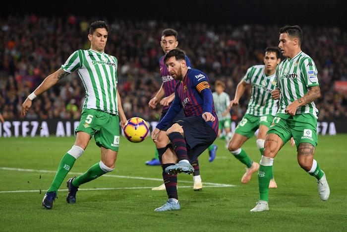 Messi trở lại sau chấn thương gãy tay và ghi 2 bàn, Barca vẫn thua tủi nhục ngay trên sân nhà - Ảnh 1.