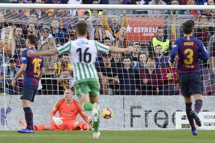 Messi trở lại sau chấn thương gãy tay và ghi 2 bàn, Barca vẫn thua tủi nhục ngay trên sân nhà - Ảnh 3.