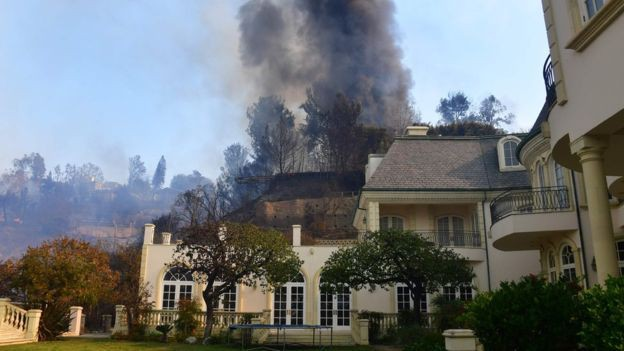 Cháy rừng tại California: Khu nhà giàu thất thủ, hàng loạt dinh thự triệu đô của đại gia và celeb bị thiêu trụi - Ảnh 1.