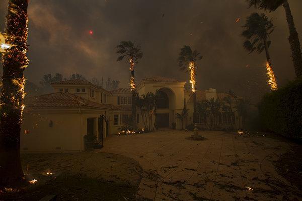 Cháy rừng tại California: Khu nhà giàu thất thủ, hàng loạt dinh thự triệu đô của đại gia và celeb bị thiêu trụi - Ảnh 4.