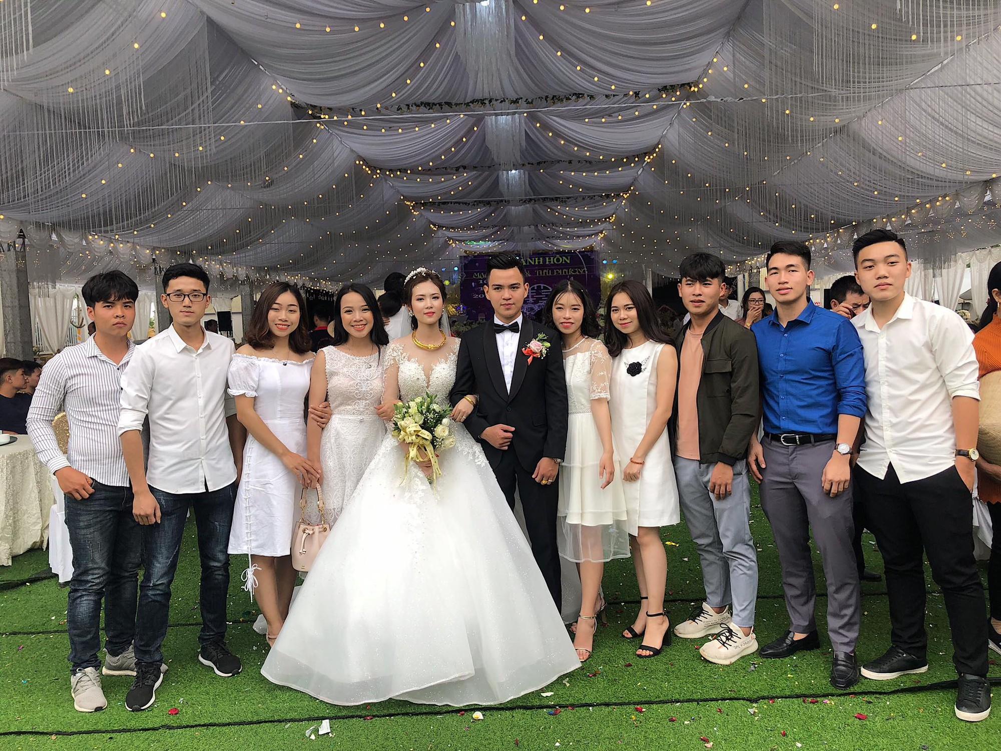Cô dâu chú rể rạng rỡ trong đám cưới khủng