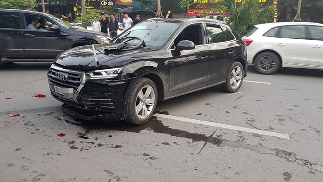 Chiếc xe sang Audi lùi mất kiểm soát gây ra tai nạn.
