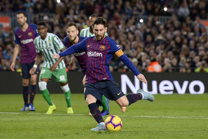 Messi trở lại sau chấn thương gãy tay và ghi 2 bàn, Barca vẫn thua tủi nhục ngay trên sân nhà - Ảnh 5.
