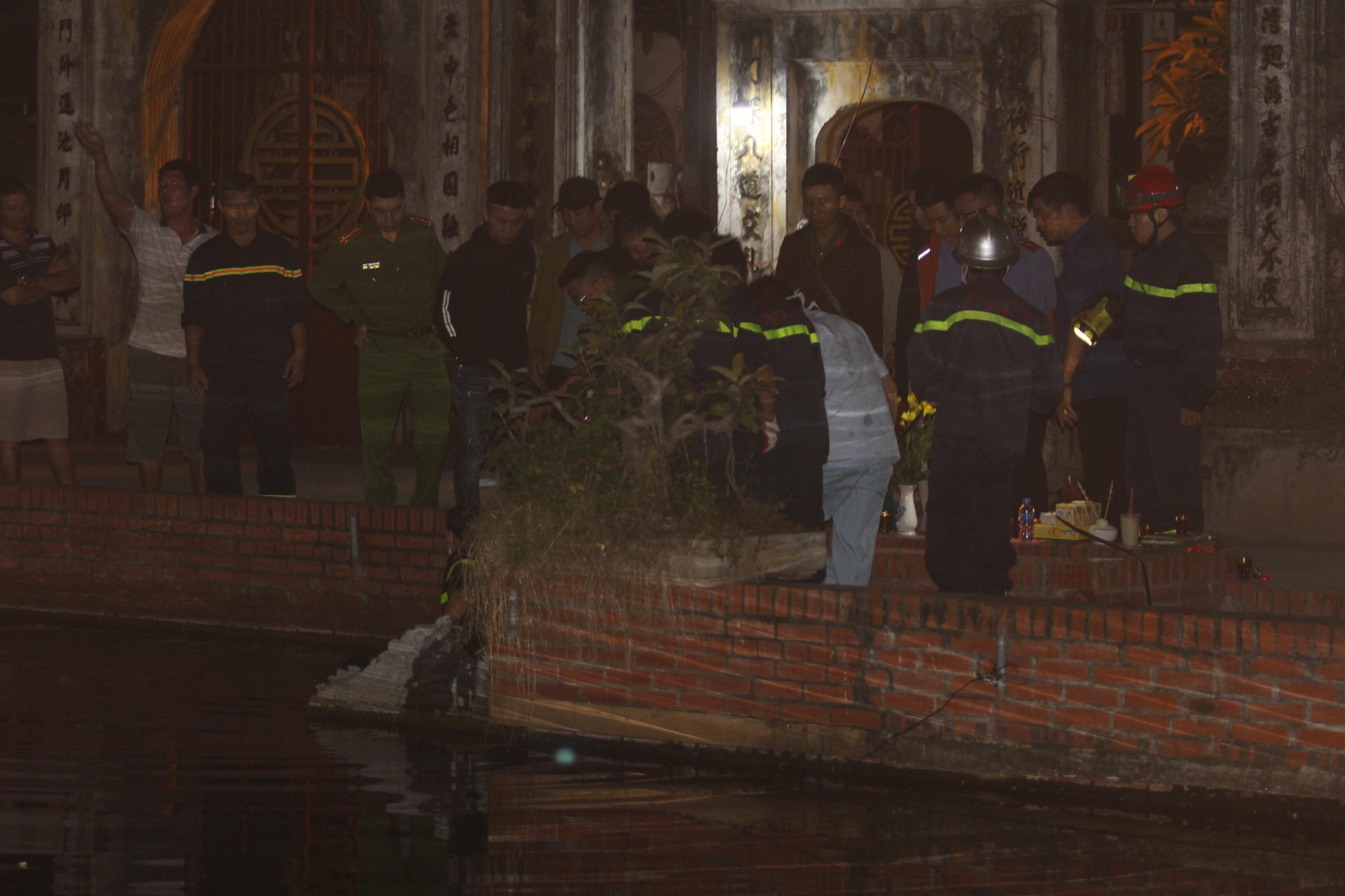Ha Noi: Detecting the Body of the Boys Who Are In Lake Trieu Khuc - Photo 1.
