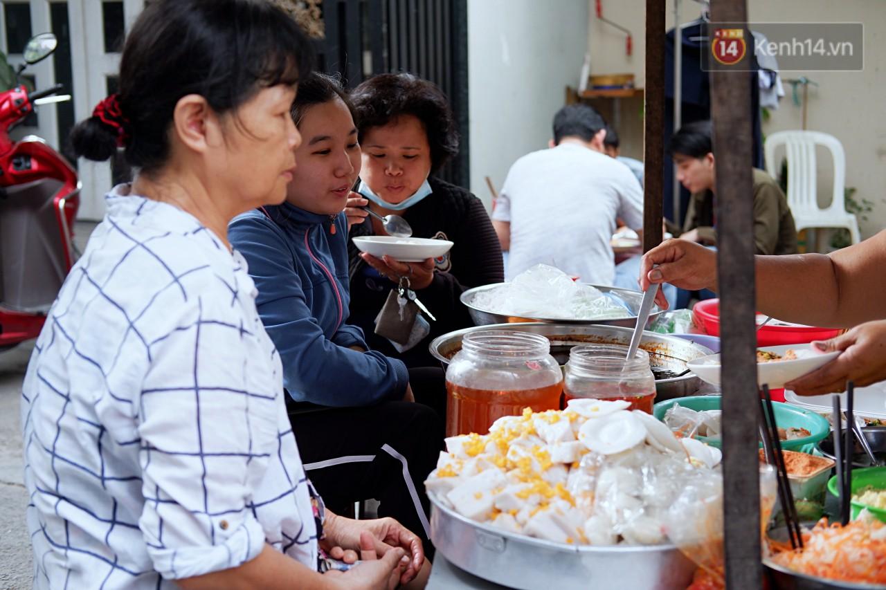 Tiệm ăn hàng 30 năm của dì Gái chịu chơi nhất Sài Gòn, mối ngày bán trong 1 giờ là hết veo - Ảnh 4.