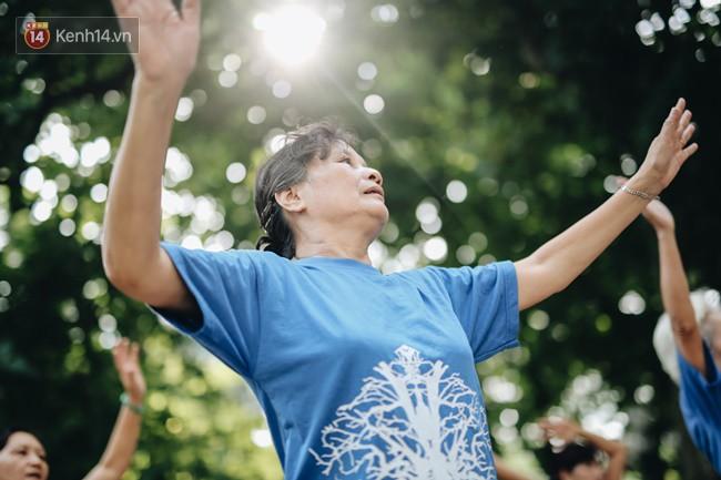 Sung như các cụ bà U80 nhảy Hip hop ở hồ Gươm: Mỗi ngày trồng cây chuối 10 cái, vừa thổi cơm vừa bật nhạc nhảy - Ảnh 4.