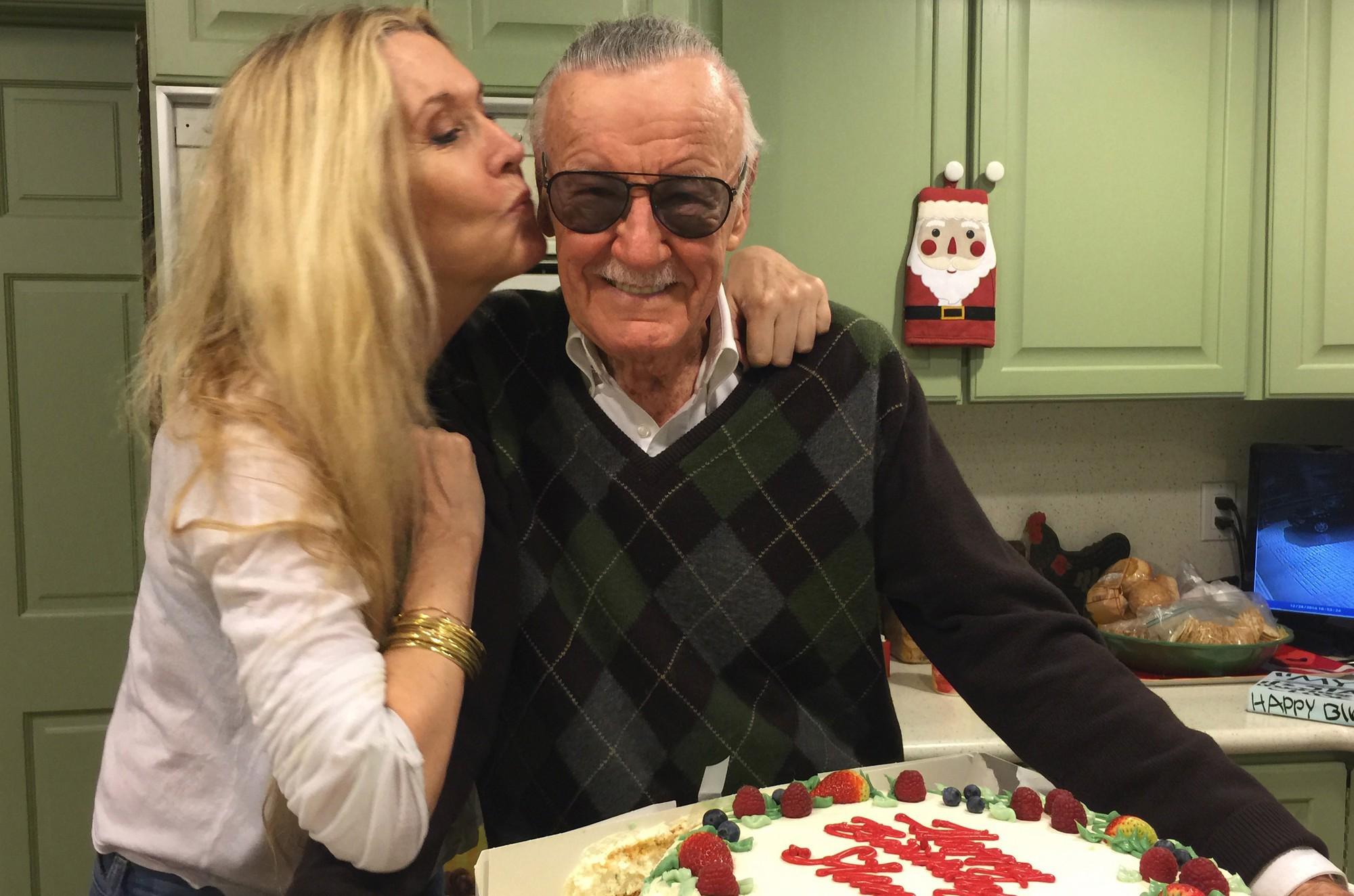 Những năm tháng cuối đời của Stan Lee: Bị vu cáo quấy rối tình dục và chính con gái ruột bòn rút tài sản - Ảnh 3.