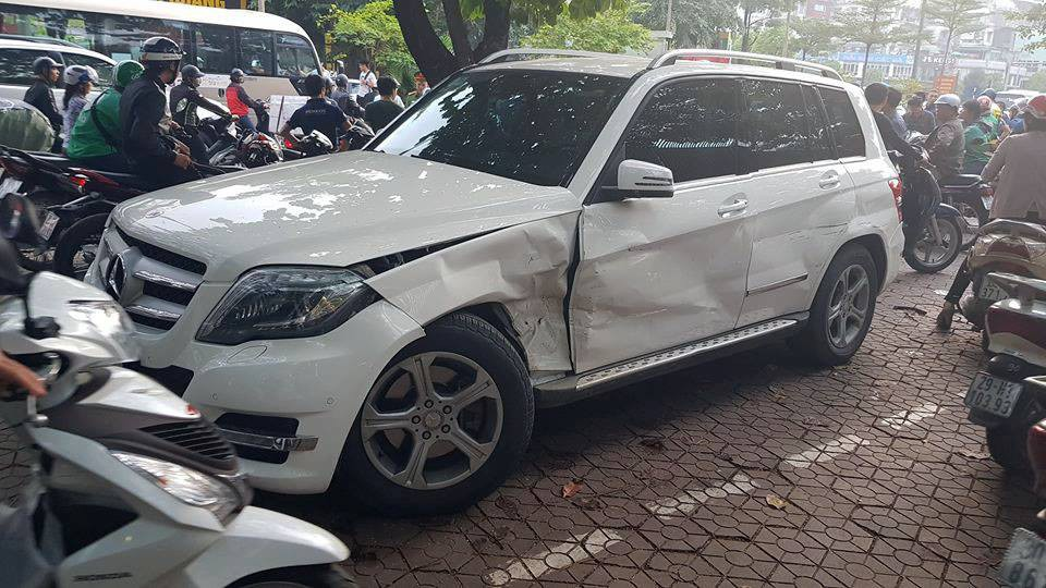The car to Audi crashes and causes an accident on the street in Hanoi: the driver has misrepresented the number, so steals - Picture 3.