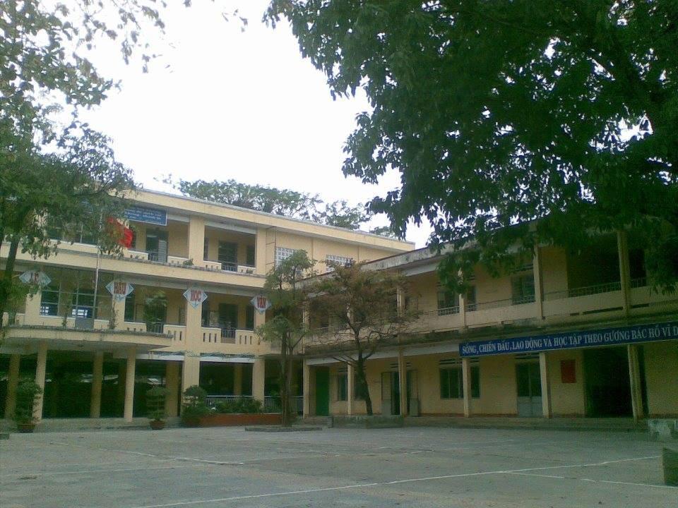 Nam sinh lớp 8 ở Đà Nẵng bị nhóm người lạ mặt đánh hội đồng ngay trước cổng trường - Ảnh 1.