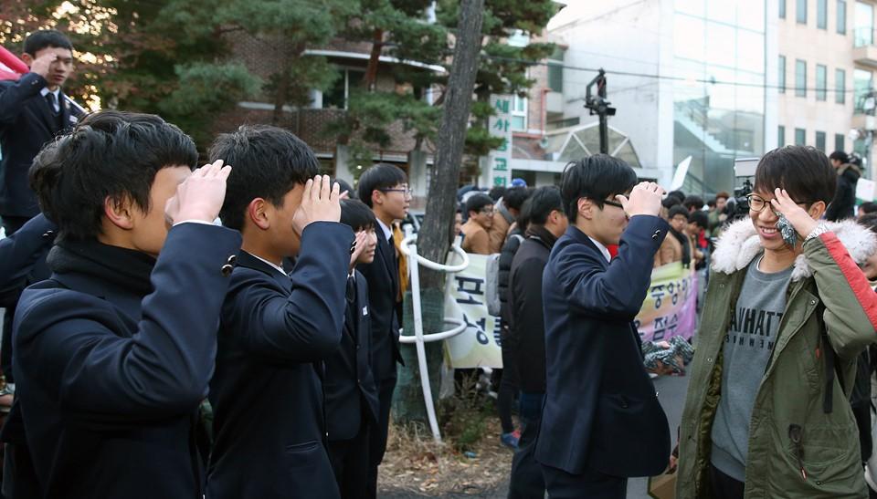 600.000 thí sinh Hàn Quốc thi Đại học: Cả đất nước nín thở, học sinh lớp 11 quỳ ngoài cổng trường chúc anh chị thi tốt - Ảnh 6.
