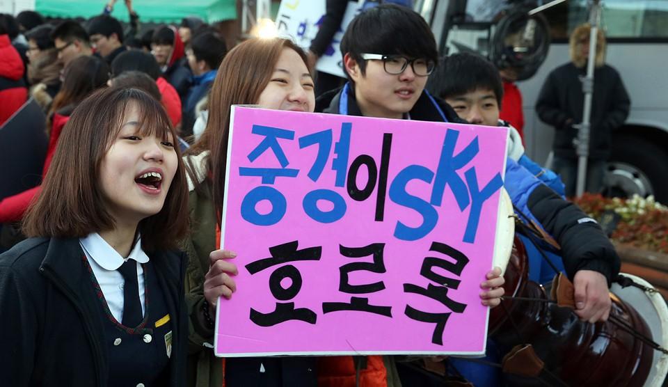 600.000 thí sinh Hàn Quốc thi Đại học: Cả đất nước nín thở, học sinh lớp 11 quỳ ngoài cổng trường chúc anh chị thi tốt - Ảnh 7.