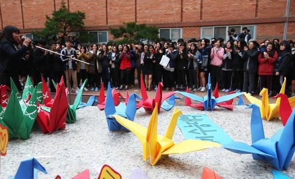 600.000 thí sinh Hàn Quốc thi Đại học: Cả đất nước nín thở, học sinh lớp 11 quỳ ngoài cổng trường chúc anh chị thi tốt - Ảnh 10.
