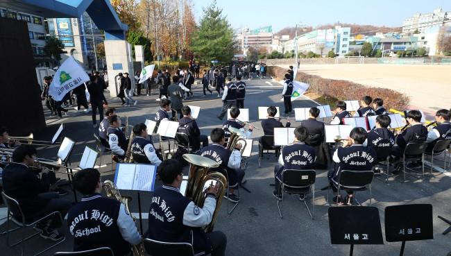 600.000 thí sinh Hàn Quốc thi Đại học: Cả đất nước nín thở, học sinh lớp 11 quỳ ngoài cổng trường chúc anh chị thi tốt - Ảnh 12.