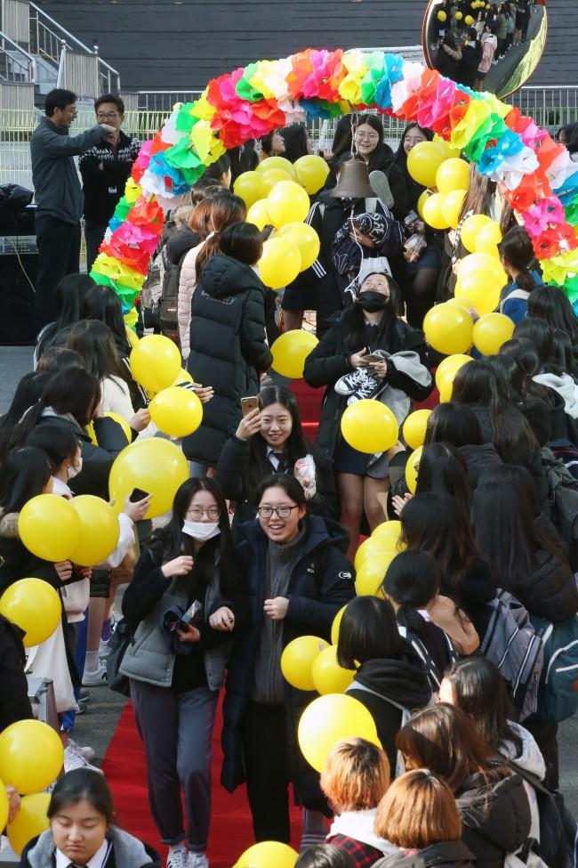 600.000 thí sinh Hàn Quốc thi Đại học: Cả đất nước nín thở, học sinh lớp 11 quỳ ngoài cổng trường chúc anh chị thi tốt - Ảnh 13.