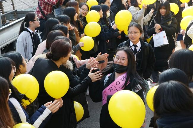 600.000 thí sinh Hàn Quốc thi Đại học: Cả đất nước nín thở, học sinh lớp 11 quỳ ngoài cổng trường chúc anh chị thi tốt - Ảnh 17.