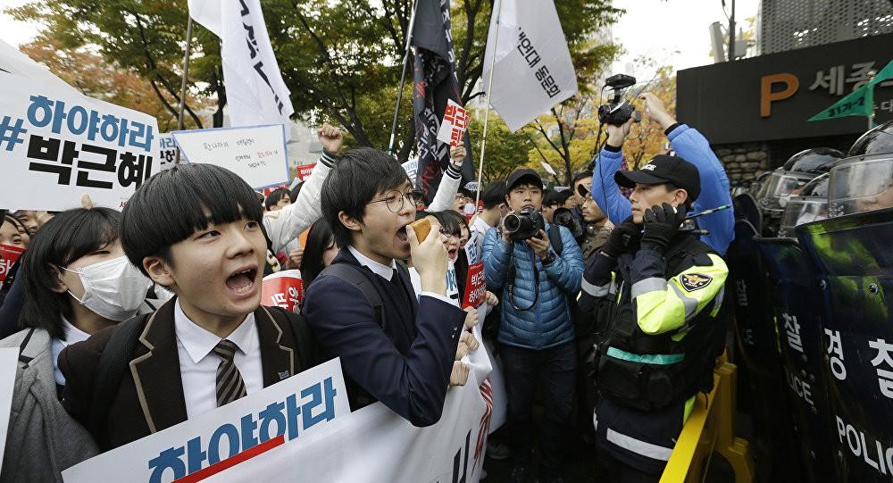 600.000 thí sinh Hàn Quốc thi Đại học: Cả đất nước nín thở, học sinh lớp 11 quỳ ngoài cổng trường chúc anh chị thi tốt - Ảnh 19.