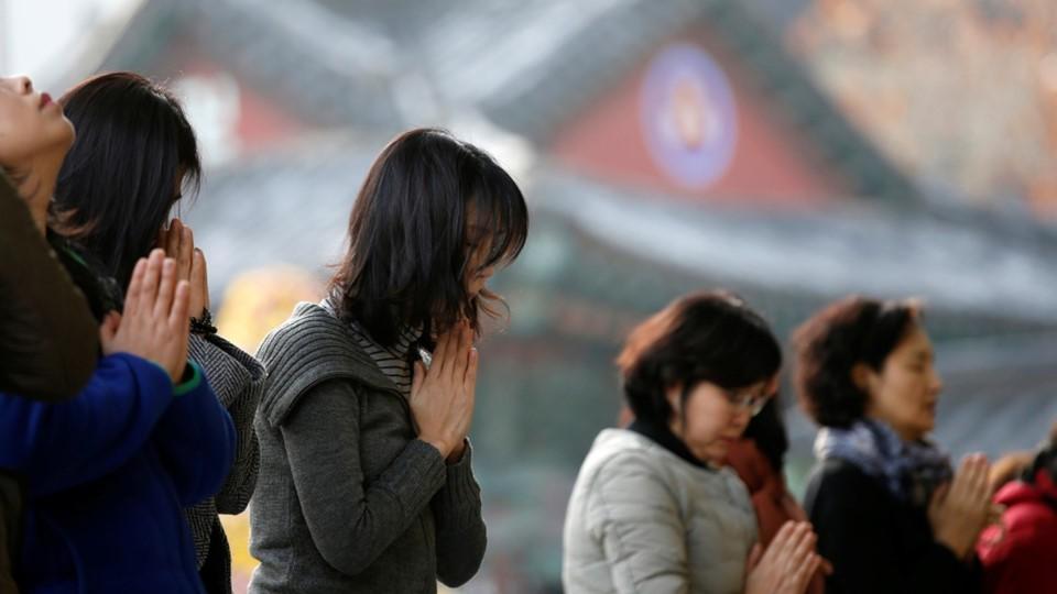 600.000 thí sinh Hàn Quốc thi Đại học: Cả đất nước nín thở, học sinh lớp 11 quỳ ngoài cổng trường chúc anh chị thi tốt - Ảnh 20.