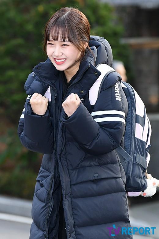 Dàn idol Hàn đình đám đi thi đại học: Mặc đồng phục đẹp như hoa, được báo chí phỏng vấn, chụp hình như dự sự kiện - Ảnh 1.