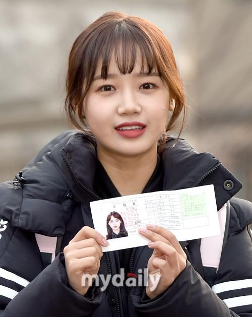 Dàn idol Hàn đình đám đi thi đại học: Mặc đồng phục đẹp như hoa, được báo chí phỏng vấn, chụp hình như dự sự kiện - Ảnh 2.