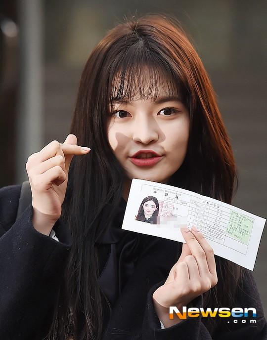 Dàn idol Hàn đình đám đi thi đại học: Mặc đồng phục đẹp như hoa, được báo chí phỏng vấn, chụp hình như dự sự kiện - Ảnh 26.