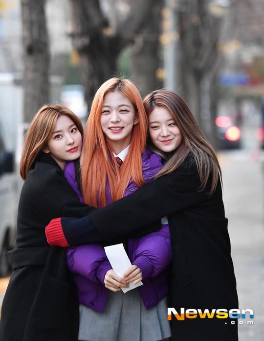 Dàn idol Hàn đình đám đi thi đại học: Mặc đồng phục đẹp như hoa, được báo chí phỏng vấn, chụp hình như dự sự kiện - Ảnh 13.