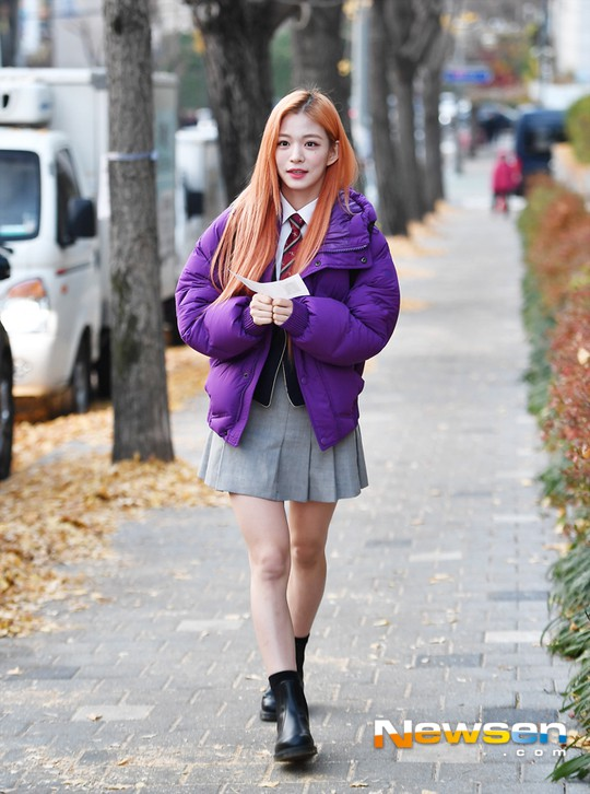 Dàn idol Hàn đình đám đi thi đại học: Mặc đồng phục đẹp như hoa, được báo chí phỏng vấn, chụp hình như dự sự kiện - Ảnh 11.