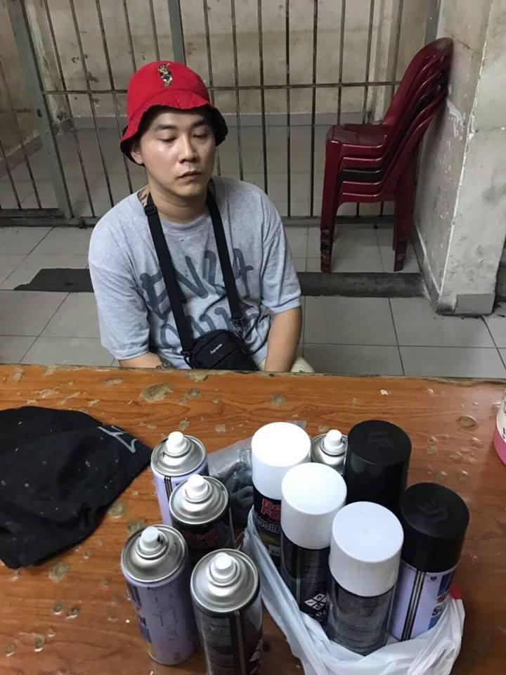 TP.HCM: Bắt quả tang du khách nước ngoài vẽ bậy lên tường ở khu phố Tây Bùi Viện - Ảnh 2.