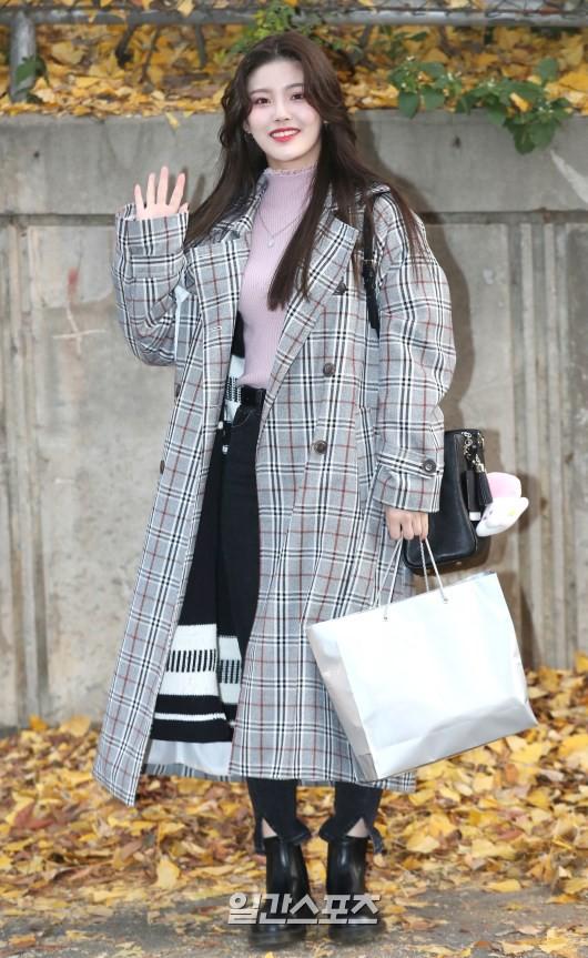 Dàn idol Hàn đình đám đi thi đại học: Mặc đồng phục đẹp như hoa, được báo chí phỏng vấn, chụp hình như dự sự kiện - Ảnh 14.