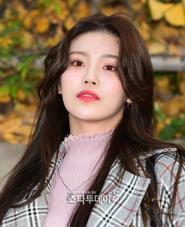 Dàn idol Hàn đình đám đi thi đại học: Mặc đồng phục đẹp như hoa, được báo chí phỏng vấn, chụp hình như dự sự kiện - Ảnh 16.