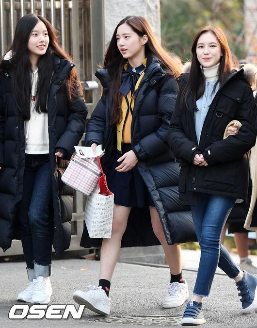 Dàn idol Hàn đình đám đi thi đại học: Mặc đồng phục đẹp như hoa, được báo chí phỏng vấn, chụp hình như dự sự kiện - Ảnh 22.